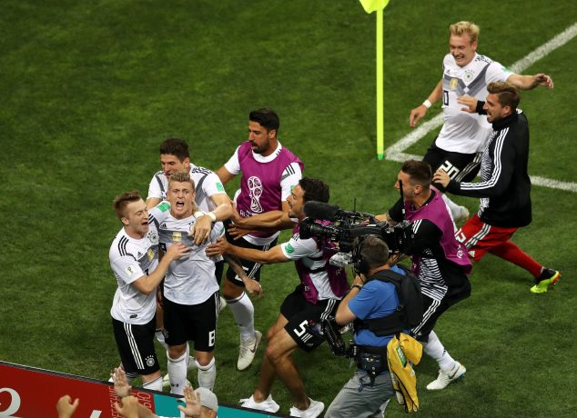SOCHI, RUSSIA - JUNE 23: Toni Kroos of Germany celebrates with teammates after scoring his sides winning goal during the 2018 FIFA World Cup Russia group F match between Germany and Sweden at Fisht Stadium on June 23, 2018 in Sochi, Russia. (Photo by Michael Steele/Getty Images) Copa do Mundo